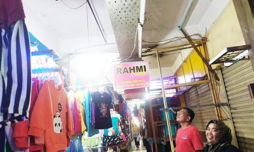Lampu di depan toko pedagang pasar Cikampek Satu selalu hilang di malam hari