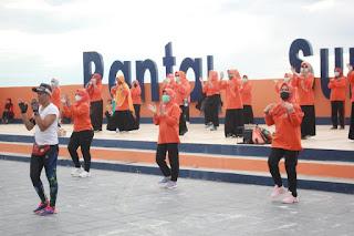 Hasnah Syam, Ajak Warga Berolahraga Sore di Anjungan Pantai Sumpang Binangae Barru