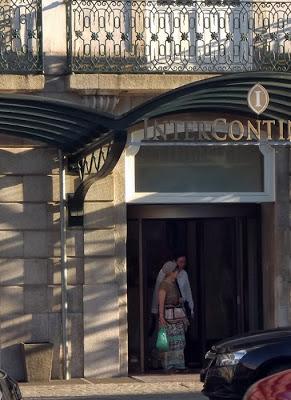 dois turistas em porta de hotel no Porto