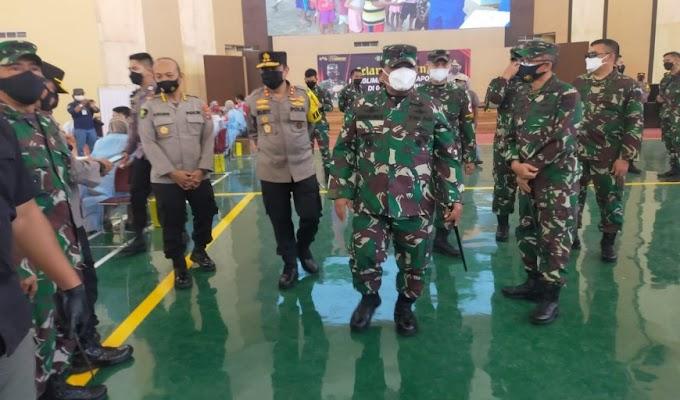 Danrem 064/MY Dampingi Kunker Panglima TNI dan Kapolri Tinjau Serbuan Vaksinasi di Kota Serang
