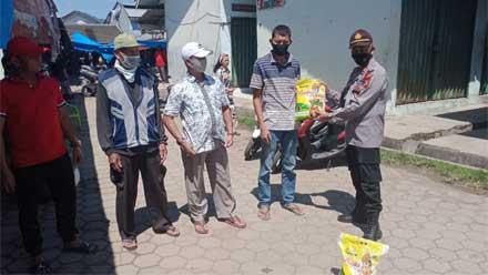 Kasat Binmas Polres Tanggamus berikan bantuan bahan pokok