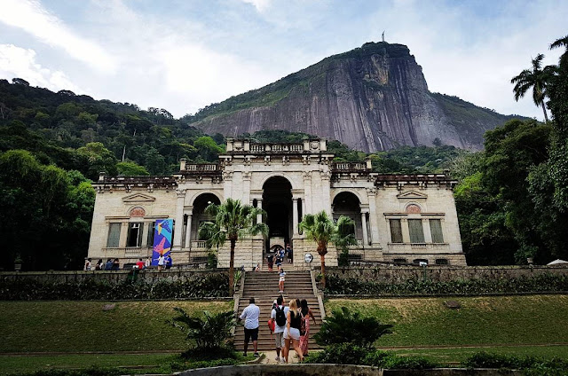 Entrada do Palacete do Parque Lage, com o Corcovado e o Cristo Redentor ao fundo - Rio de Janeiro