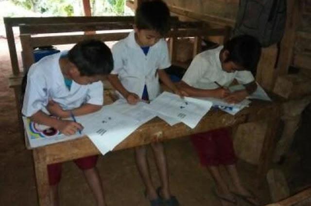 Miris! Siswa Kelas 1-5 SD di Bone Belajar di Kolong Rumah