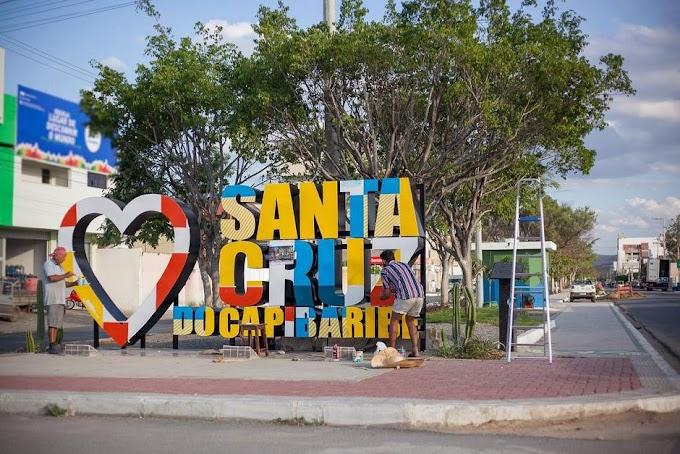Letreiros de Santa Cruz do Capibaribe são pintados em cores que representam nossa confecção
