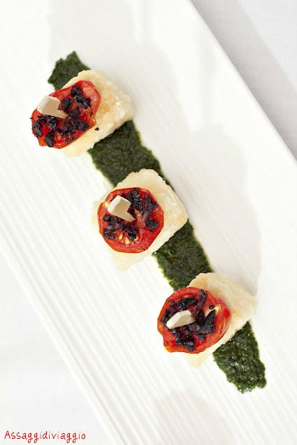 Finger food di baccalà alla livornose con cenere di olive nere