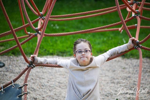 Stück zum Glück - Jolina (12. Down-Syndrom) lehnt am Seil eines Klettergerüstes