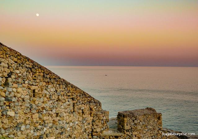 O nascer da lua diante das muralhas de Monemvasia, Grécia