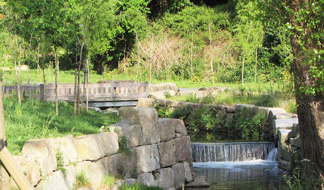 Rio tinto e ponte de madeira no Parque Oriental do Porto