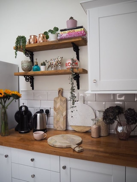 The must-have essential items to style kitchen scaffold board shelves. Kitchen shelf styling tips