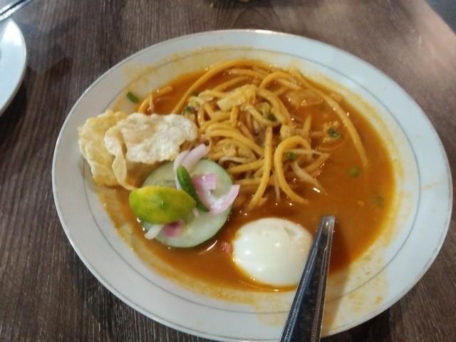 mie rebus telur;Kenikmatan Sensasi Kuliner Aceh di Kedai Pak Cik Abin Malang;