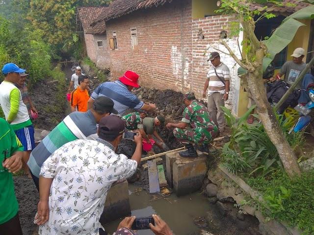 TNI dan Poktan Desa Sidorejo Bangun Pintu Pembagi Air