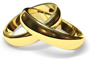 Intimidade somente depois do casamento ajuda na felicidade do casal - Amanda Pieranti - par de alianças douradas entrelaçadas