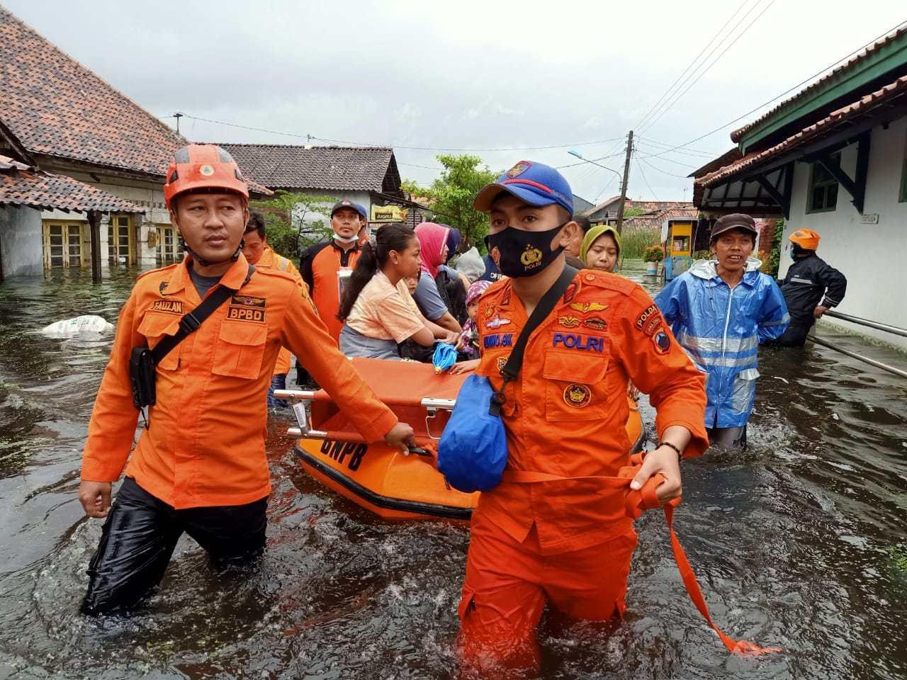 Bersama Petugas Gabungan, Personel Ditpolairud Polda Jateng Evakuasi Korban Banjir Semarang