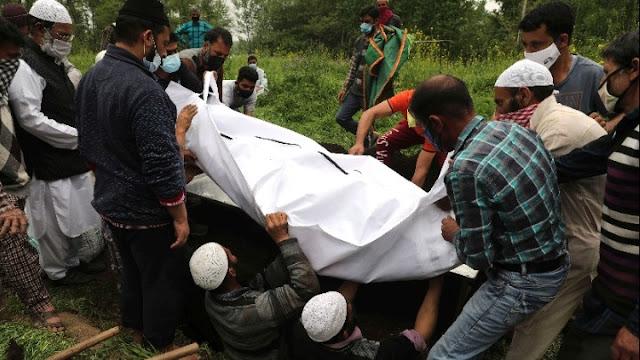 Δεκάδες πτώματα πιθανών θυμάτων του κορωνοϊού στην Ινδία ξεβράστηκαν στις όχθες του Γάγγη
