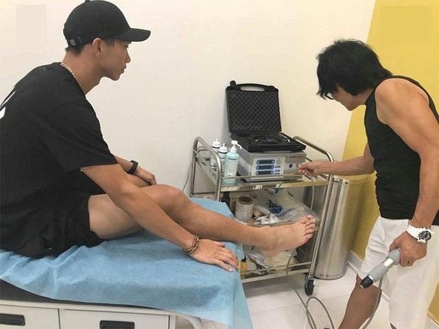 """Văn Hậu nhờ """"thần y"""" Hàn Quốc kiểm tra chấn thương"""