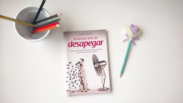 """Livro """"A arte de desapegar"""" de Cherrine Cardoso."""