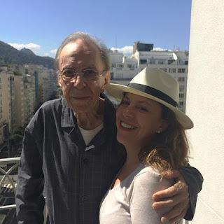 João Gilberto com a filha Bebel Gilberto em 2015 — Foto: Reprodução / Instagram Bebel Gilberto