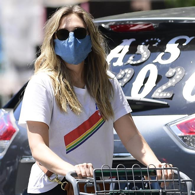 Elizabeth Olsen wearing a mask at Whole Foods : ホール・フーズでお買い物のマスクのエリザベス・オルセン ! !