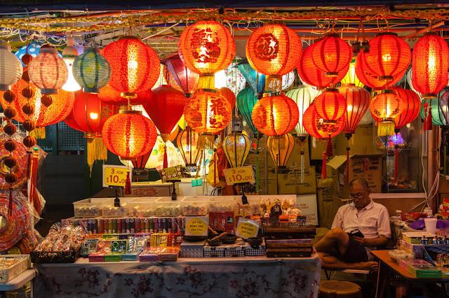 Lễ hội Tết Trung thu 2019 tại Singapore khai mạc ở tối 31.8 với nghi thức thắp sáng đường phố cùng các màn biểu diễn múa lân, múa và hát - được thực hiện bởi nghệ nhân Singapore và các đoàn đến từ Trung Quốc. Khép lại lễ khai mạc là màn pháo hoa ngoạn mục.    Tại đây, Hội chợ Trung thu được trải dài dọc theo cung đường nhộn nhịp, với hơn 200 quầy hàng - bán bánh Trung thu, bưởi, đèn lồng, đồ thủ công - mỹ nghệ, trà… Chương trình ''Sân khấu hàng đêm'' với múa lân, hát dân gian…sẽ kéo dài tới ngày 13.9.