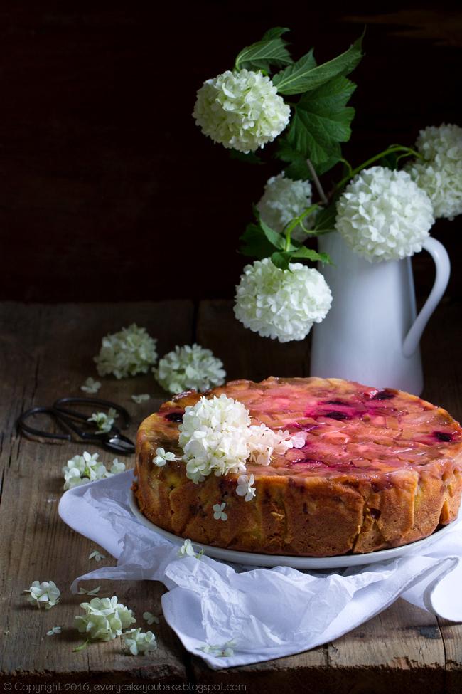 odwrócone ciasto z rabarbarem i marcepanem na maślanym cieście