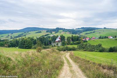 Szlak czerwony, zbliżamy się do Mochnaczki Niżnej; nad doliną dominuje drewniana cerkiew św. Michała Archanioła