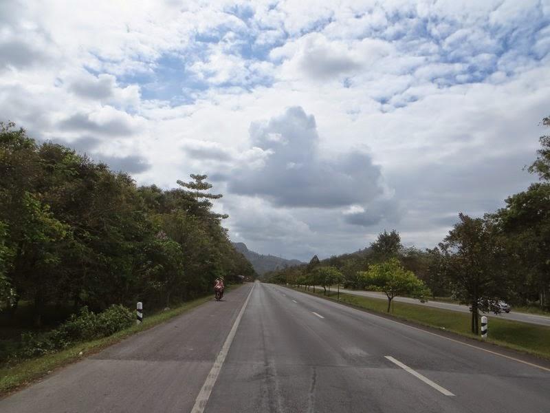 Тучи, деревья, дорога