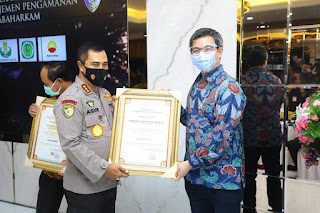 Wakili Kapolri, Komjen Pol Agus Andrianto Serahkan Sertifikat Gold Reward Objek Vital Nasional