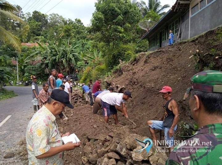 Tebing Setinggi 4 Meter Longsor, Ancam Satu Rumah Warga Sidototo Padureso