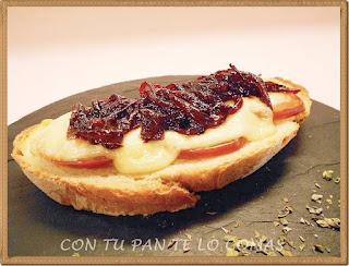 Tostas con tomate, queso y cebolla caramelizada