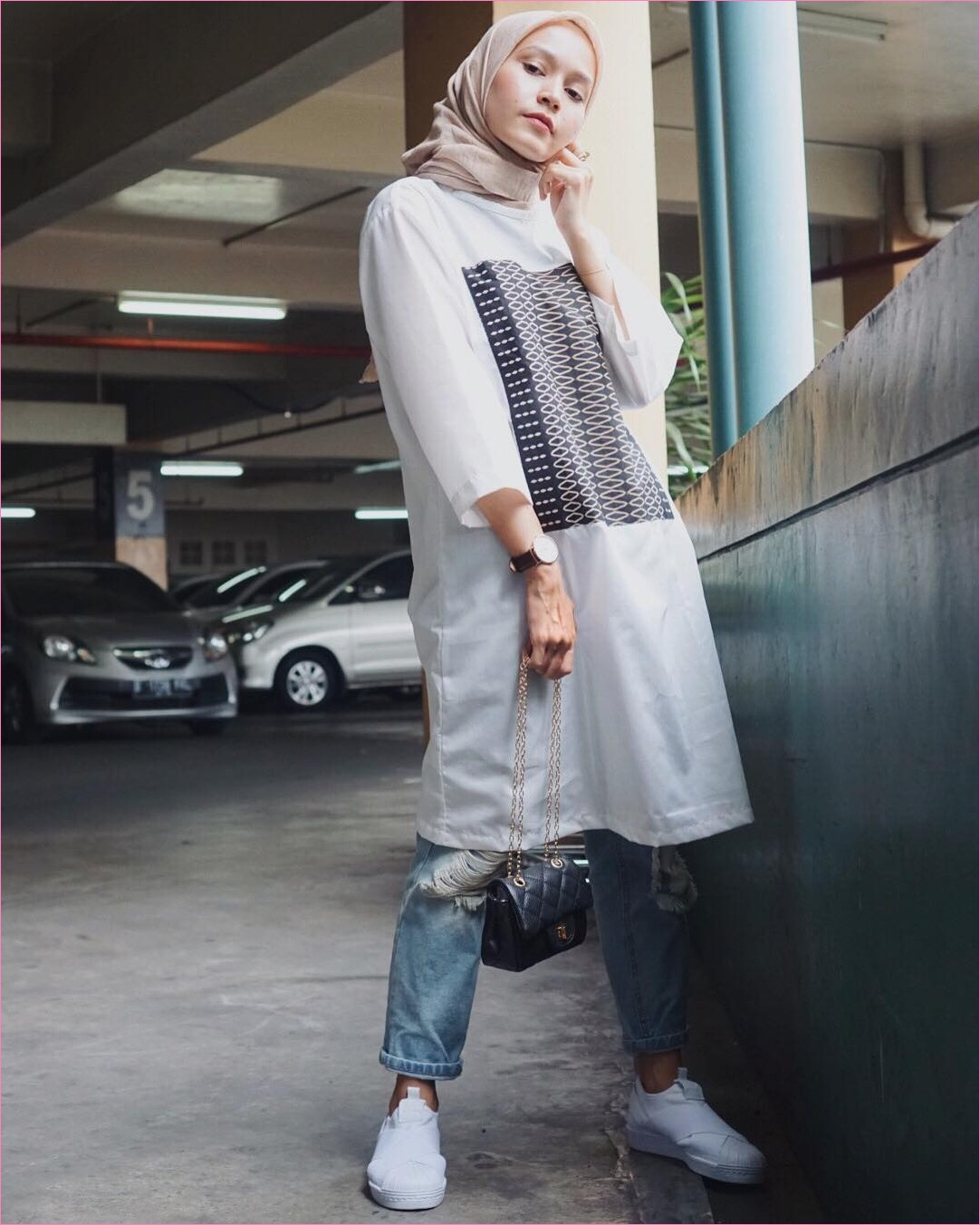 Outfit Baju Tunic Untuk Hijabers Ala Selebgram 2018 baju tunic putih slingbag channel celana jeans denim ciput rajut sepatu kets sneakers kerudung segiempat hijab square krem jam tangan ootd trendy kekinian basement mall mobil