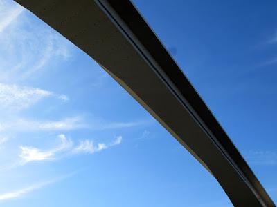 vista de baixo da ponte do infante