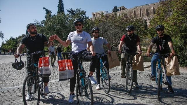 Προσφέρουν σε αστέγους προϊόντα πρώτης ανάγκης με ποδήλατα
