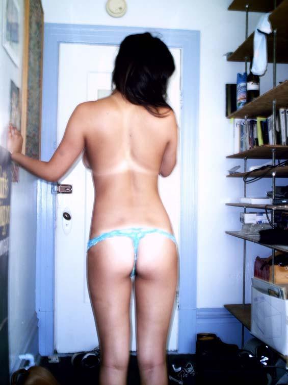 foto bugil cewek seksi sedang telanjang di kamar tidur sambil pamer toket gede dan tubuh seksinya