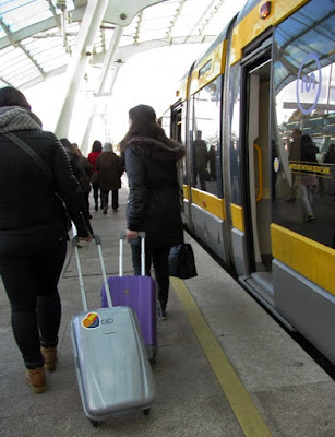 Utilizando o metro para ir do Aeroporto do Porto até o centro.