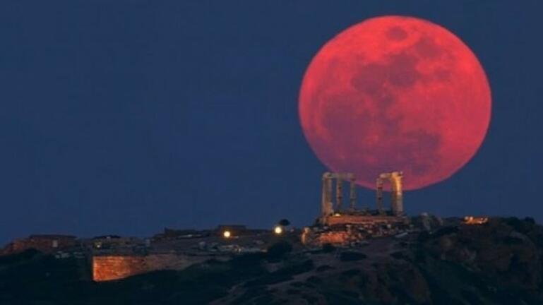 """Αύριο το """"φεγγάρι της φράουλας"""": Τι το ιδιαίτερο έχει η υπερπανσέληνος της Πέμπτης"""