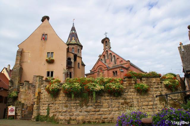 Il castello in primo piano e la cappella sullo sfondo