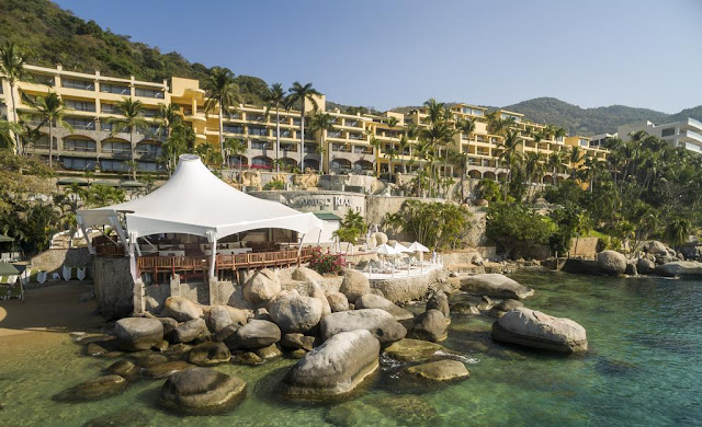 Camino Real Acapulco Diamante has a majestic design with an amazing architecture, located next to Puerto Marques Bay. Its structure blends classic lines mixed with Mexican details.