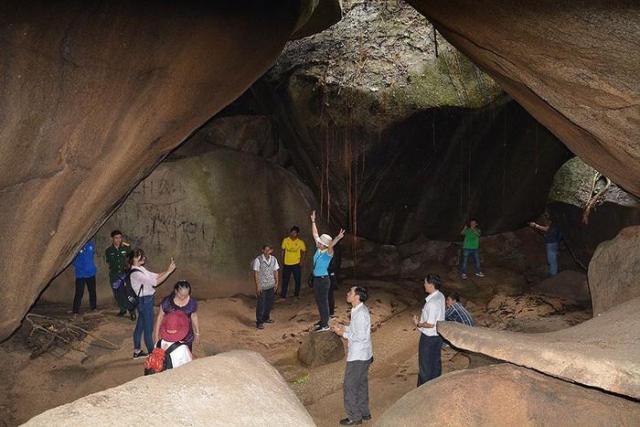 Du khách khám phá vẻ đẹp bên trong Hang đá Ba Tầng.