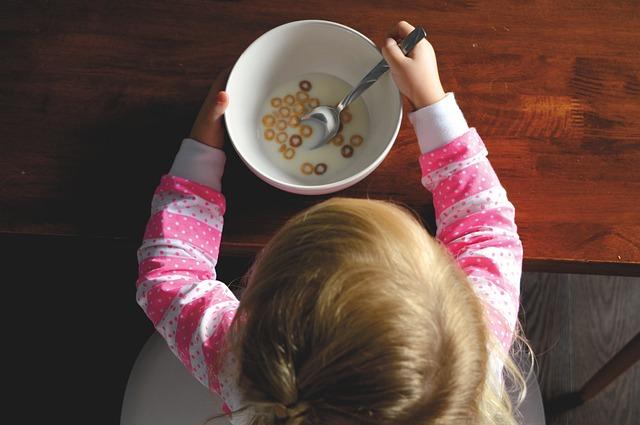 Cara Melatih Bayi Makan Sendiri