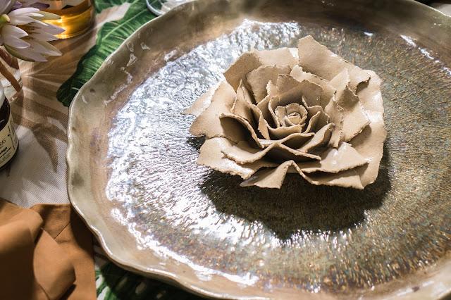 Conjunto de cerâmica em formato de folhas