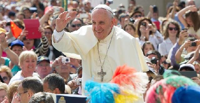 """El papa Francisco """"reaccionó bien"""" a una cirugía de colon en Roma"""