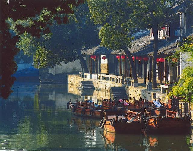 Đồng Lý là thị trấn nhỏ gần Châu Chang, được ca ngợi là đẹp như tranh vẽ. Thị trấn được tạo thành từ 7 hòn đảo, kết nối bằng 49 cây cầu. Nơi đây có các công trình kiến trúc từ thời nhà Minh và nhà Thanh, được giữ gìn khá nguyên vẹn. Du khách đến Đồng Lý có thể thuê một chiếc thuyền gỗ truyền thống để du ngoạn trên sông và chiêm ngưỡng vẻ đẹp của thị trấn.