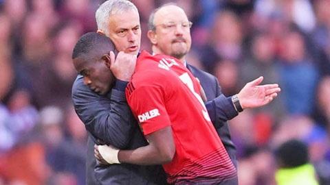 HLV Mourinho an ủi Bailly khi bị thay ra