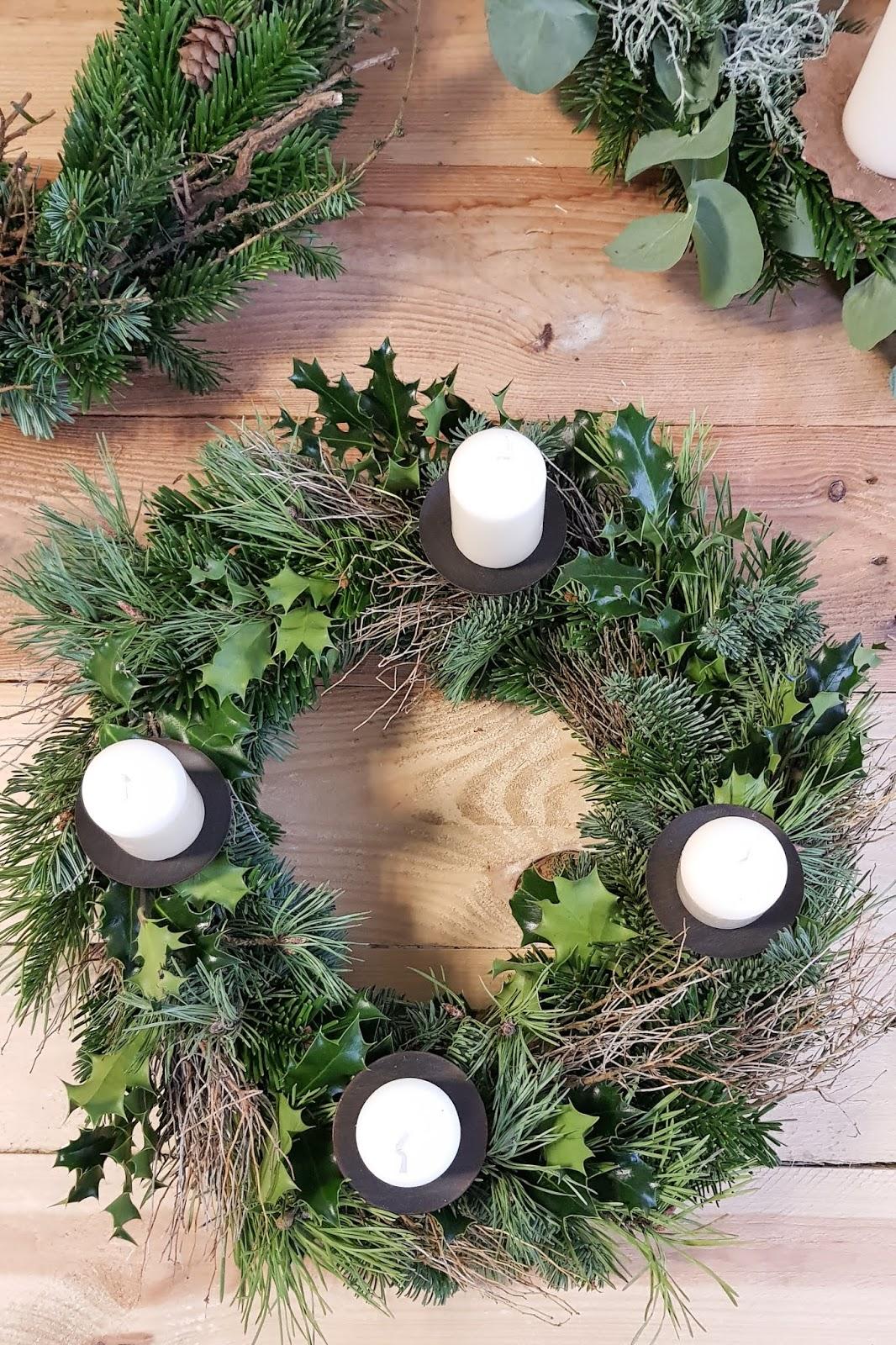 DIY Adventskranz Ideen selber machen Advent Kranz Kränze natürlich dekorieren für Weihnachten Ilex Nordmanntanne Euphorbia Spinoza