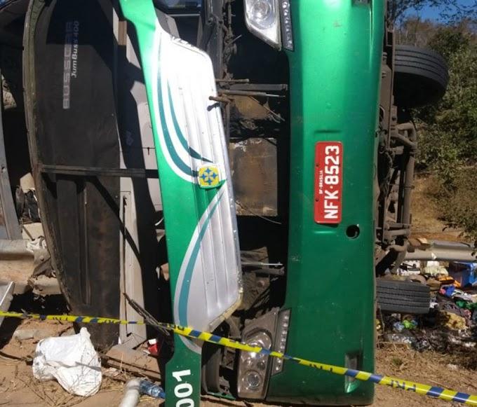 Ônibus sai do Ceará, tomba e deixa dez mortos no sul do Piauí