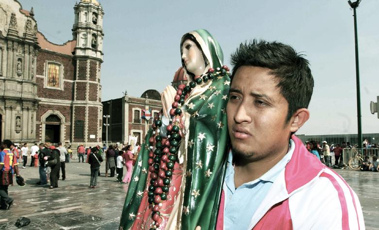 Peregrino con Virgen de Guadalupe en la Basílica de la Ciudad de México (CDMX) | Ximinia
