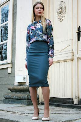 Blazer kembang kembang yang sesuai dengan rok Span Biru