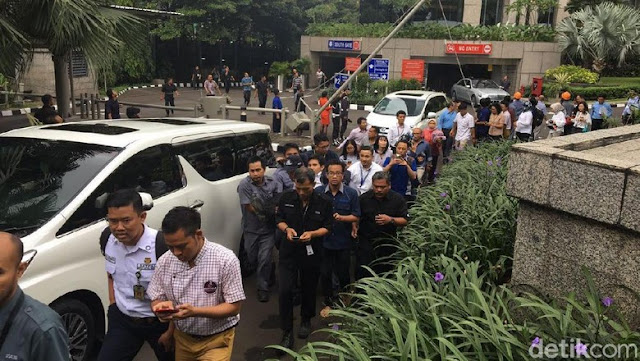 Selasar Gedung Bursa Efek Jakarta  Roboh, Ratusan Orang Terluka