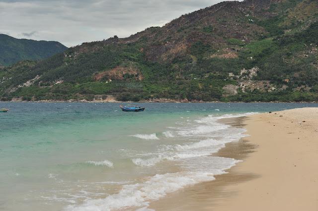 Bãi cát mịn màng trên Hòn Nưa