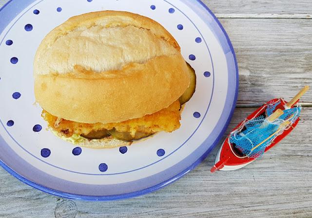 """Rezept: Fischbrötchen für Kinder, Teil 1 - """"Fiete"""" mit Fischstäbchen. Fisch ist lecker und gesund und im Fischbrötchen schmeckt er auch Kindern! Ich zeige Euch auf Küstenkidsunterwegs eine einfache und alltagstaugliche Zubereitung mit Zutaten, die Kids und Eltern mögen."""